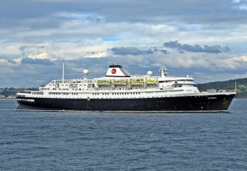 El buque Astoria entrando en el puerto de A Coruña