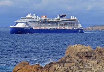 El Celebrity Edge zarpando de A Coruña