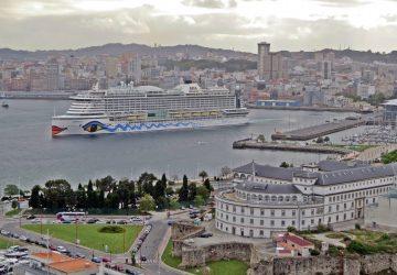 AidaPrima zarpando del puerto de A Coruña