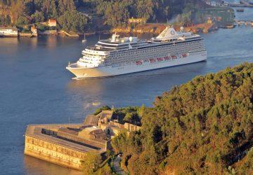 El buque Marina zarpando de Ferrol.